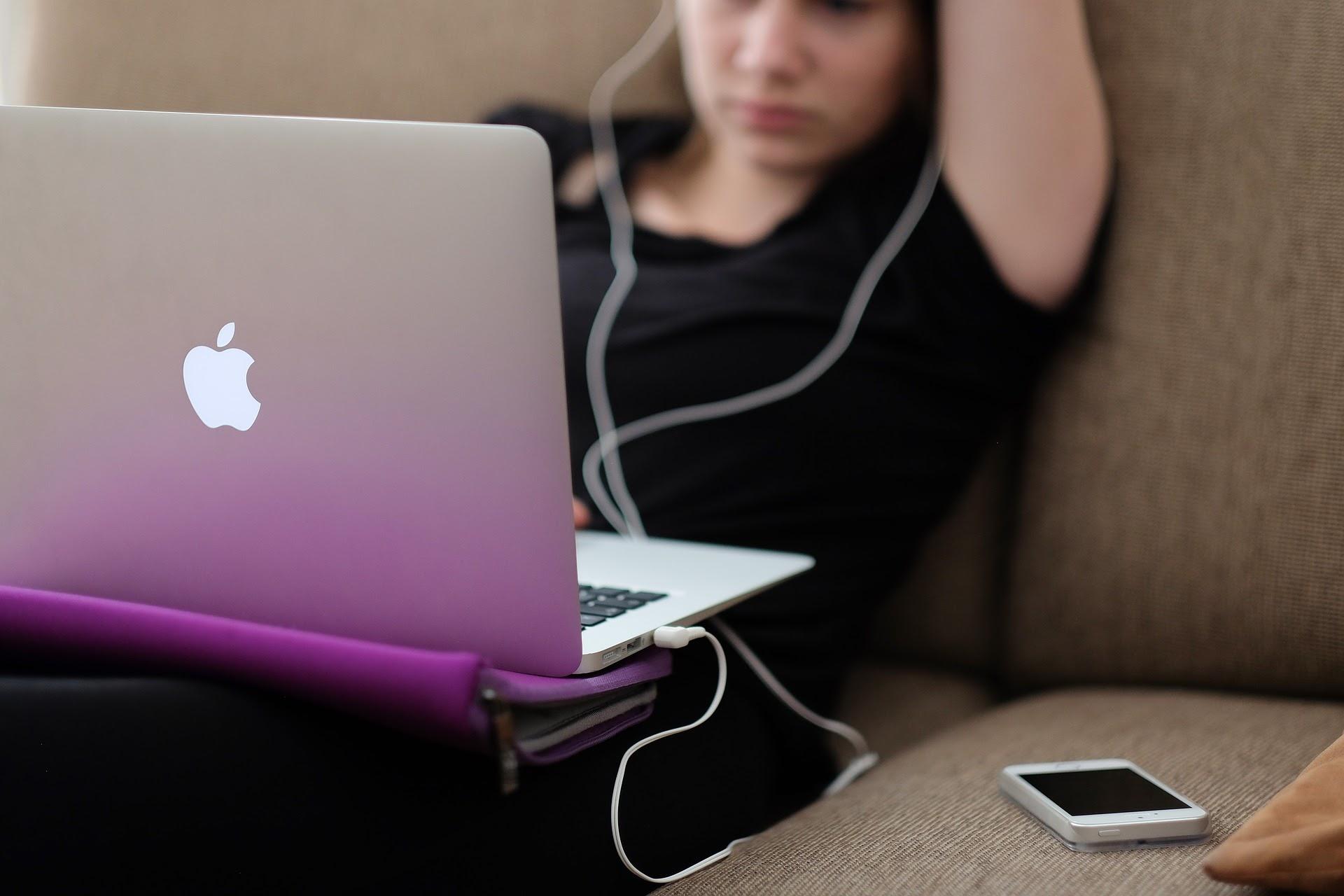 woman on a mac